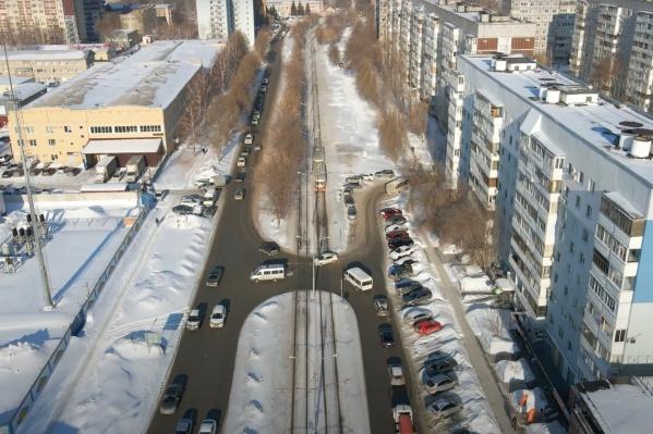 Сейчас проезжая часть на Ново-Вокзальной от Московского шоссе до Ново-Садовой представляет собой узкую дорогу