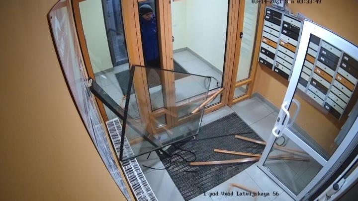 В Екатеринбурге мужчина выломал входную группу в подъезд и спокойно ушел. Видео
