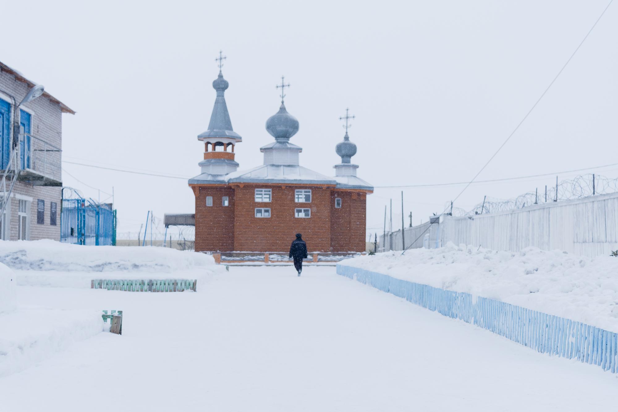 Храм на территории колонии есть, но православный. Ефимов, хоть и крещеный в детстве, остается мусульманином