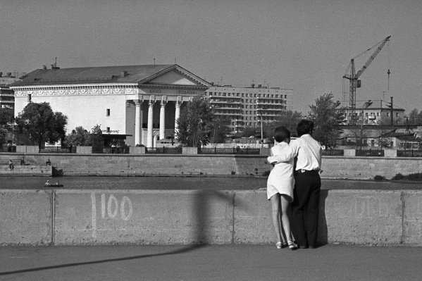 Таким был вид на кинотеатр «Родина» с набережной Миасса в 1975 году. Найдем 10 отличий от современности?