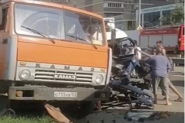 В Краснодаре машину расплющило от столкновения с припаркованным в неположенном месте «Камазом»