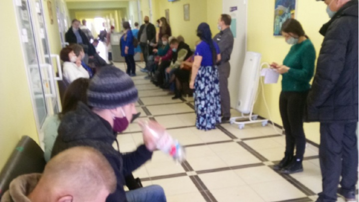 Волгоградцы пожаловались на столпотворение и огромные очереди в поликлинике