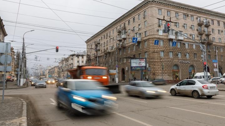 «Гнать в шею таких программистов»: волгоградцы жалуются на некорректную работу светофоров на проспекте Ленина