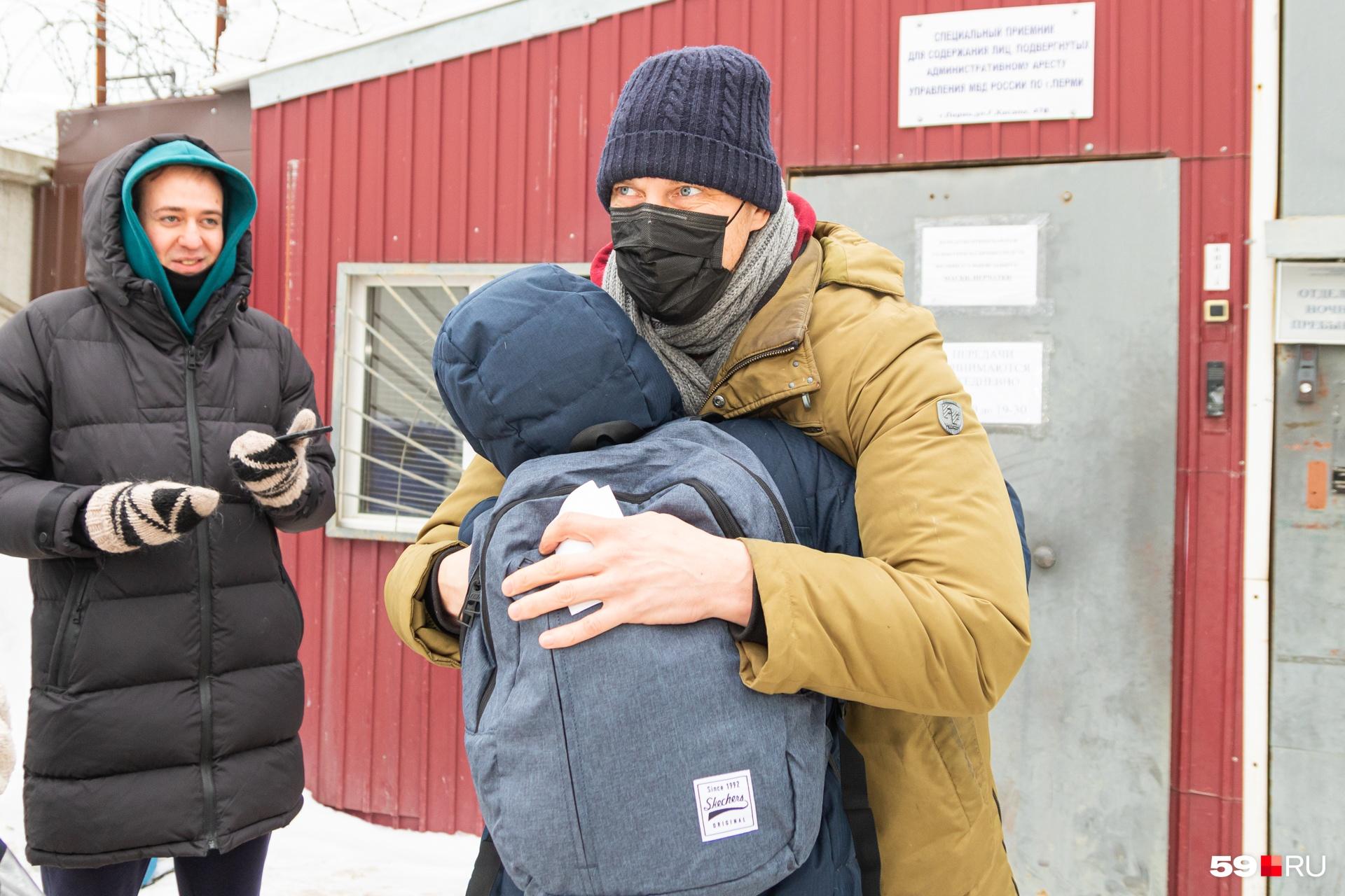 Активиста у ворот спецприемника встретила супруга
