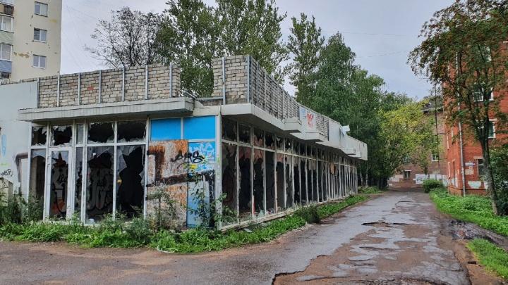Жители жаловались на эту заброшку давно: в здании на улице Свердлова убили человека