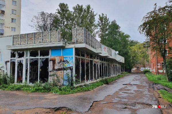 Здание уже много месяцев стоит заброшенным и открытым
