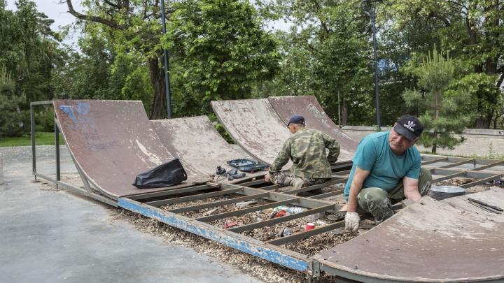 В Волгограде на Центральной набережной разбирают скейт-парк
