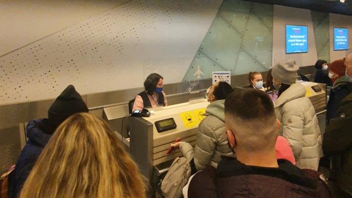 «Продали больше билетов, чем мест в самолете»: пассажиров «Победы» снова не пустили на борт из-за сбоя