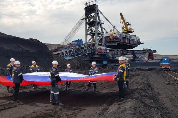 Сотрудники разреза и школьники из трудовых отрядов СУЭК присоединились к флешмобу #ФлагиРоссии, развернув шестиметровое полотно на угольном горизонте