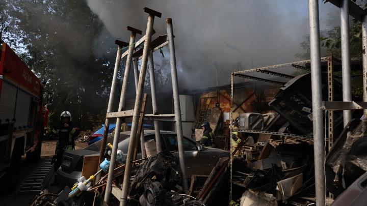В сервисе по покраске машин в Челябинске рванул баллон и загорелся автомобиль. Есть пострадавший