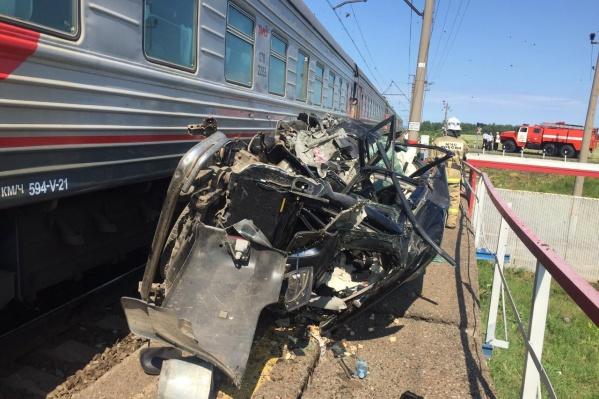 По версии ГИБДД, мужчина на внедорожнике пытался проскочить перед поездом