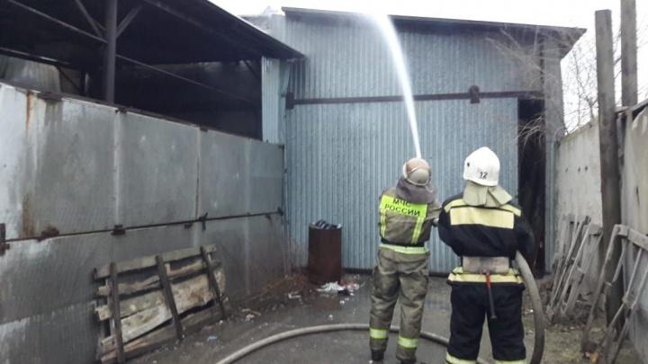 В Волгограде потушили пожар на заводе по производству дроби: видео