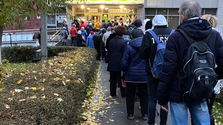 У поликлиники № 2 в Перми скопилась очередь из нескольких десятков пациентов. Что происходит?