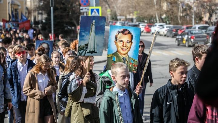 «Ура Гагарину!»: в Волгограде отмечают День космонавтики маршем в скафандрах и митингом у планетария