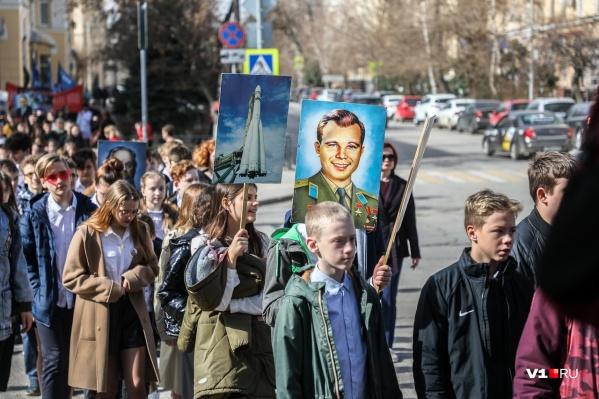 Ученики лицея № 5 собрались у планетария с портретами Юрия Гагарина