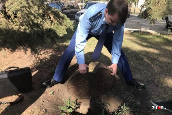 После ЧП с трехлетним мальчиком сотрудники прокуратуры лично проверили опасные колодцы в сквере на Тернопольской