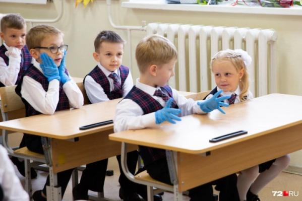 «Готовься: вооот столько домашек будут задавать!» — показывает мальчик девочке. «Да ладно» — не верит она. «Я в шоке» — думает мальчик сзади