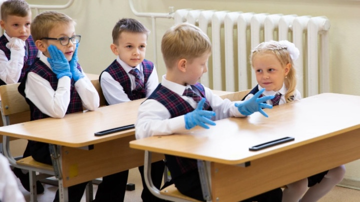 Путин приказал снизить нагрузку на детей. Отец восьмиклассника из Новосибирска его поддержал — он считает школу сектой