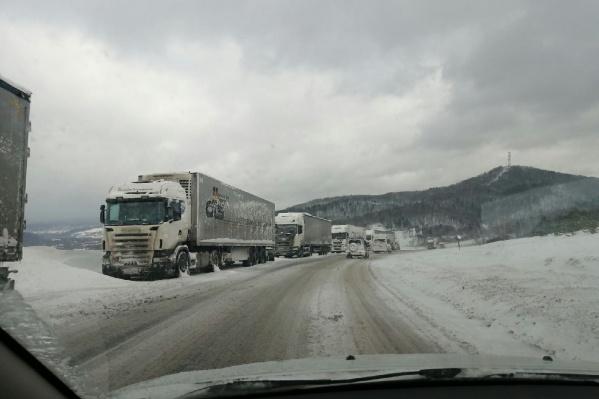 На трассе М-5 в районе Сима грузовики стоят со вчерашнего дня