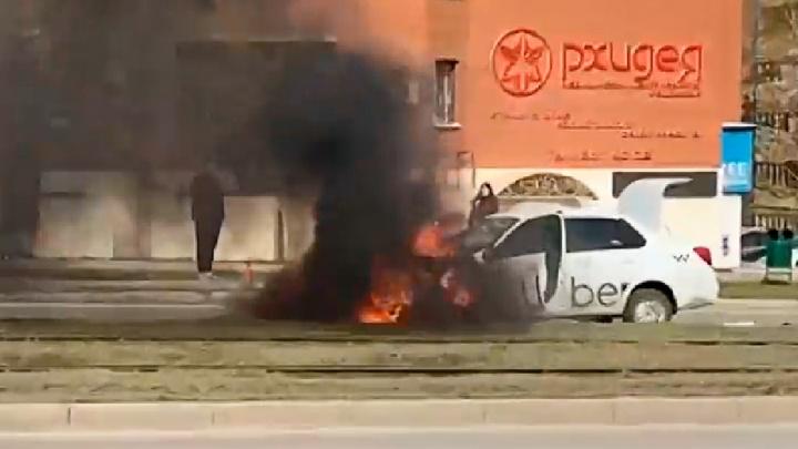 Черный дым и открытое пламя: на Ново-Вокзальной на ходу загорелось такси