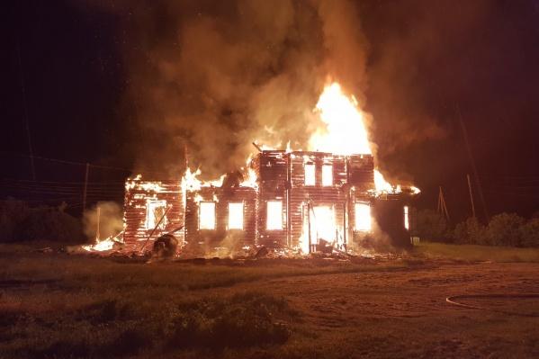Пламя очень быстро охватило всё здание