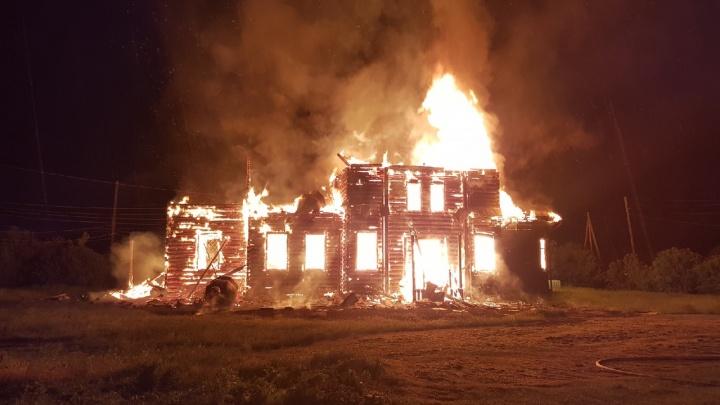 Столетняя церковь сгорела дотла в Красноярском крае. Молния ударила в здание прямо во время службы