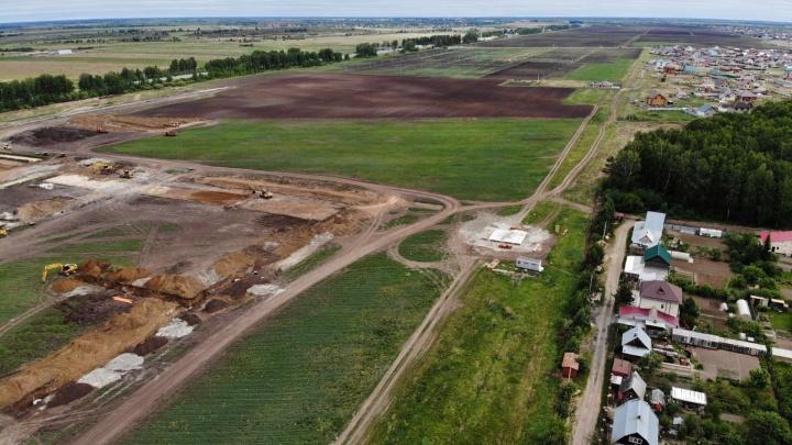 Рядом с тюменским селом распахали поле в 80 га и пригнали строительную технику. Что там появится?