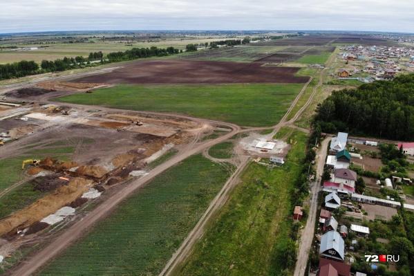 На огромном земельном участке уже активно орудует строительная техника