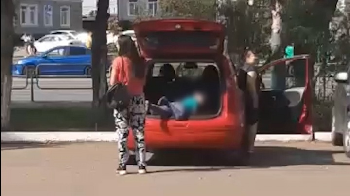 В Челябинске прохожие засняли, как мать грузит ребенка в багажник