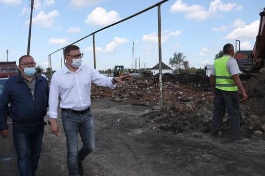 Сегодня губернатор работает на юге области, где природные пожары уничтожили десятки домов