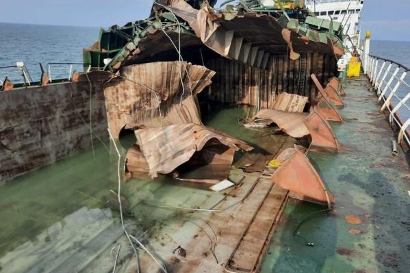 На судне взорвались три танка