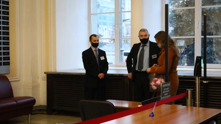Чиновники особенные? QR-коды в Екатеринбурге проверяют у посетителей общественных мест, но не у работников
