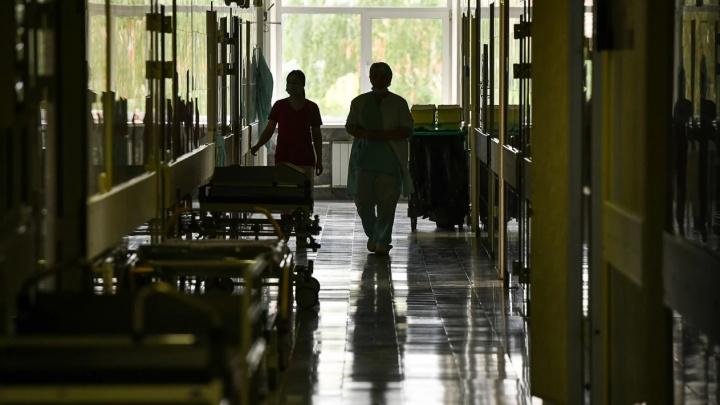 «Должны были выписывать»: в Нижнем Тагиле мужчина выпал из окна больницы и разбился насмерть
