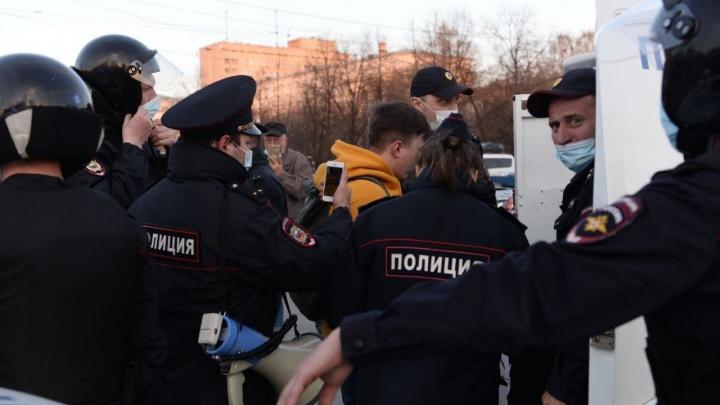 Хватают тех, кто с плакатами. На акции протеста в Екатеринбурге начались массовые задержания