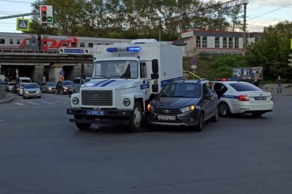 Полицейский фургон врезался в легковушку