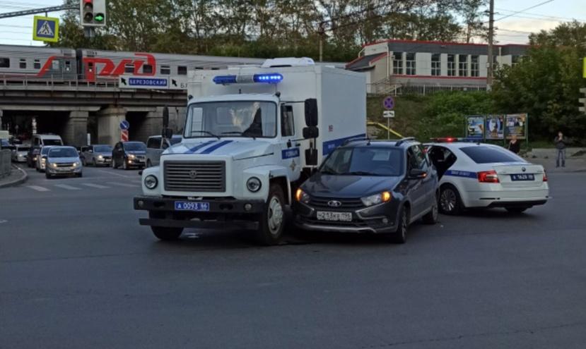 В центре Екатеринбурга полицейский фургон проехал на красный и сбил легковушку