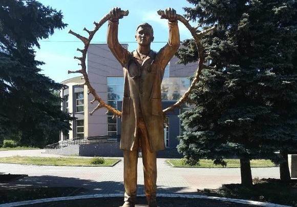 В сквере в центре Челябинска установили памятник врачам, спасающим больных ковидом