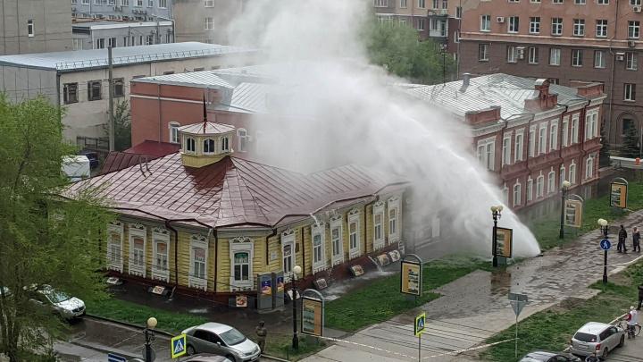 «Как хороший ливень прошел»: в историческом центре фонтан из-под земли залил памятник архитектуры
