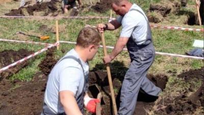 Омские ритуальщики победили в конкурсе по скоростной копке могил «Могильный беспредел»