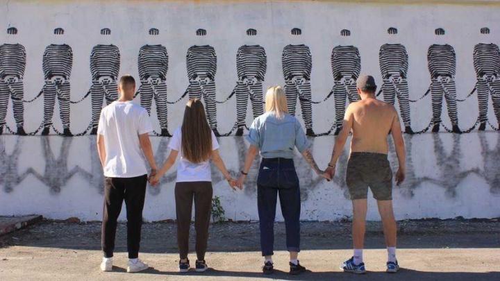 Рядом с «Высоцким» появился арт-объект, напоминающий о несвободе человека в современном обществе
