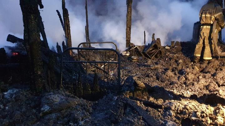«В этих постройках жили люди»: в Цыганском поселке на ВИЗе вспыхнул крупный пожар