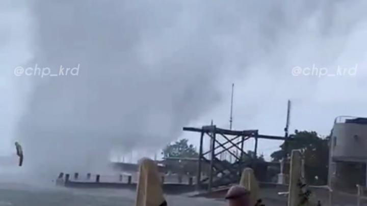 В Новороссийске смерч разнес навесы на пляже. Непогода будет на Кубани еще три дня