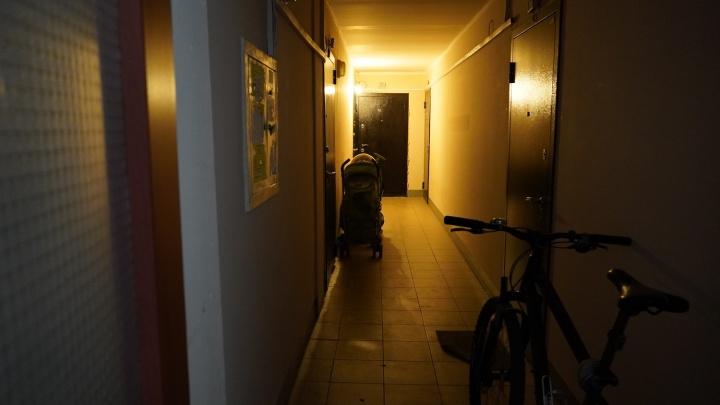 «Приковала» ребенка и ушла в запой: в Самаре мать заперла детей в квартире на 4 дня