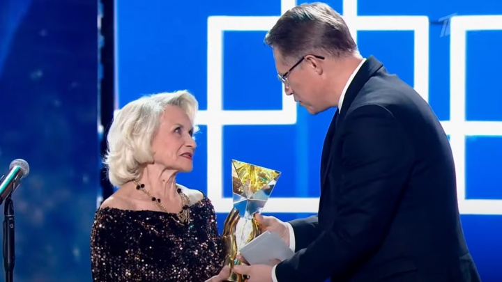 «Призвание» для «вертобабушки»: Михаил Мурашко наградил 81-летнюю анестезиолога-реаниматолога из Волгограда
