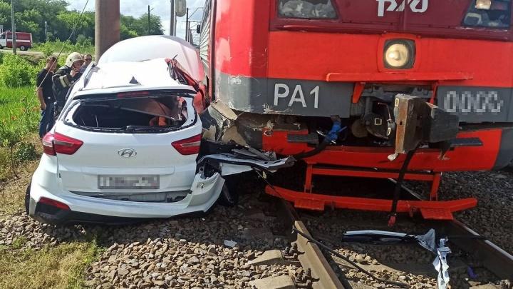 На Кубани поезд протащил машину 20 метров