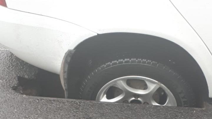В центре Уфы под асфальт провалилась еще одна машина