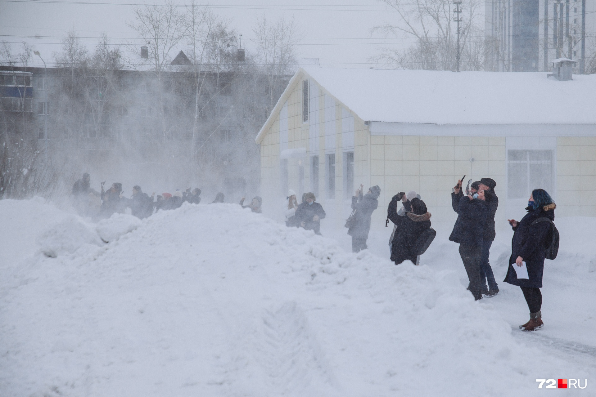 Журналистам, желающим снять приземление вертолета поближе, хорошенько досталось: их чуть не сдуло сильным порывом ветра. И закидало снегом