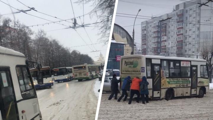 Толпы на остановках, люди толкают маршрутки на льду: что творится на ярославских дорогах