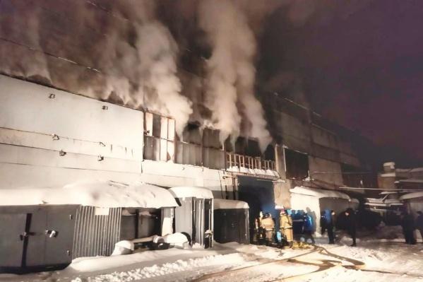 По данным спасателей, огонь охватил продукцию предприятия