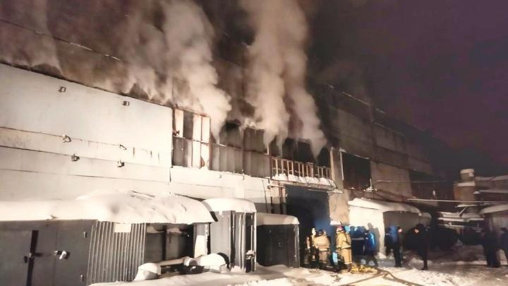 В Уфе горит здание фанерно-плитного комбината